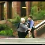 Staruszka ZAATAKOWAŁA chłopaka na desce!