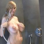 Urocza blondynka pod prysznicem (18+)