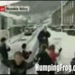 Reporter obrzucony śnieżkami