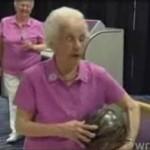 100-letnia babcia WYMIATA w kręgle!