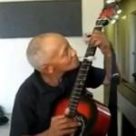 Dziadek opanował grę na gitarze... przy pomocy łyżki!