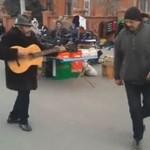 Uliczny performance z gitarą