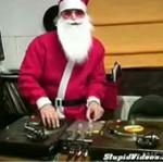 Święty Mikołaj bawi się gramofonami! Zobacz jak!