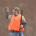 Człowiek łapie ptaka... gołymi rękoma