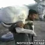 Osiłek niesie własnego osła!