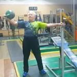 Ma 81 lat - codziennie chodzi na siłownię!