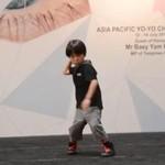 6-latka pokazuje jak używać yo-yo