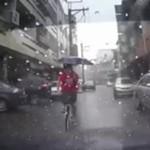 Jazda na rowerze z parasolem