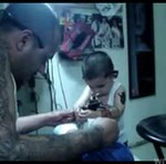 Dzieciak robi ojcu tatuaż!