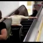 Na wózku na ruchomych schodach