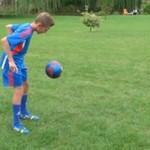 Trzynastolatek z Tczewa prezentuje triki piłkarskie