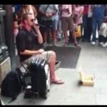Zarabia beatboxem na ulicy