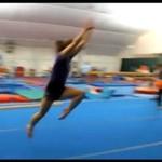 Cheerleaderka uderzyła o podłogę!